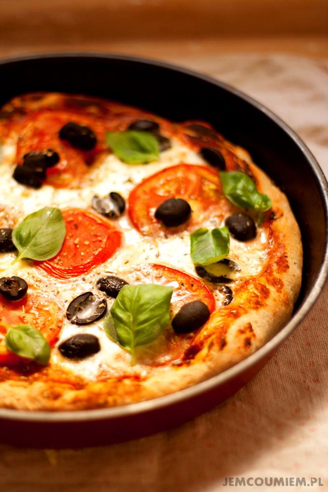 pizza z mozzarella, pomidorami i bazylia