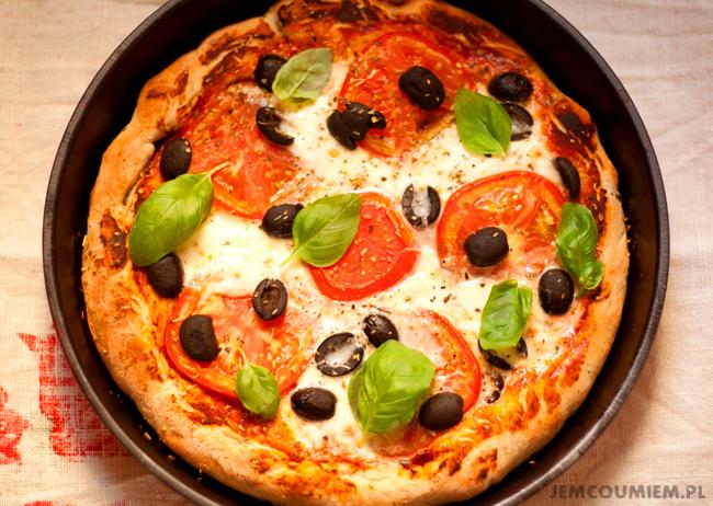 pizza z mozzarella i pomidorami