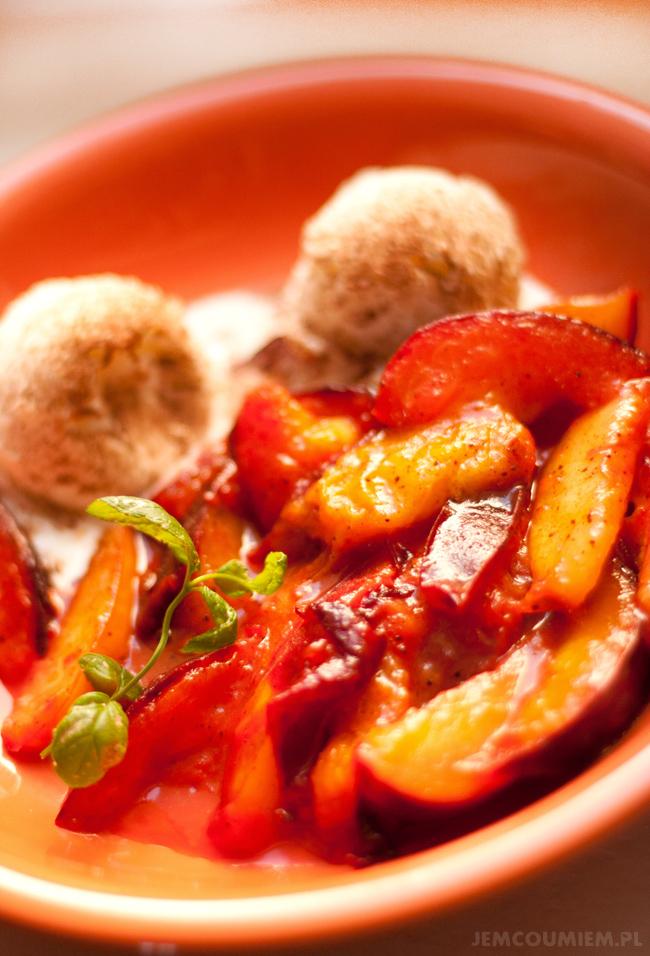 deser z karmelizowanych śliwek