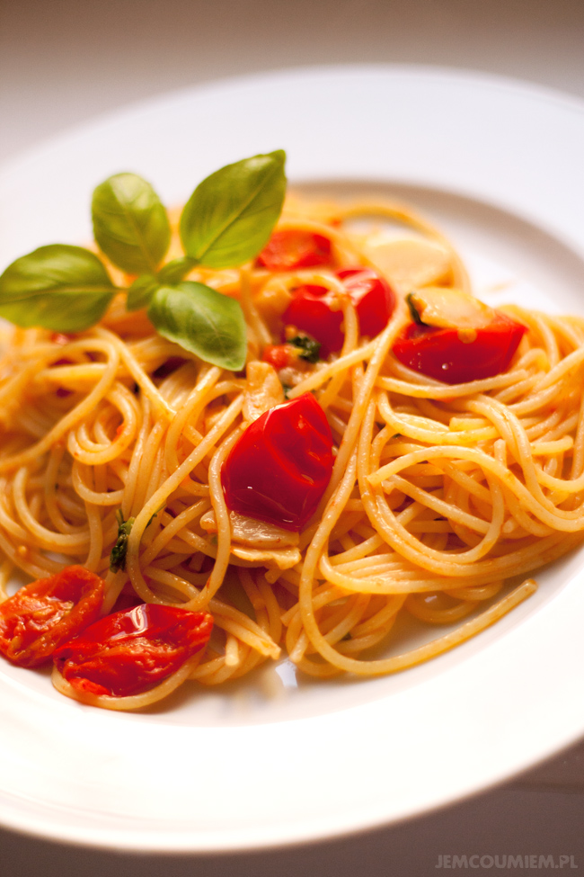 spaghetti al pomodoro e basilico