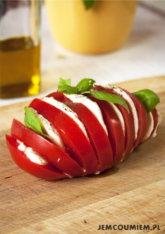 Sałatka  z pomidorów, mozzarelli i bazylii - kreatywne podejście do tematu caprese