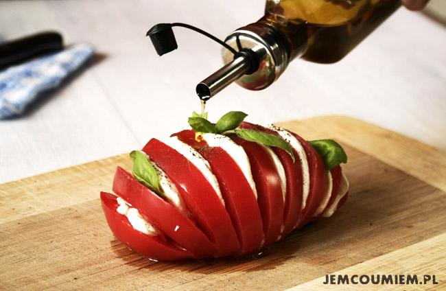 Sałatka z pomidorów, mozzarelli i bazylii