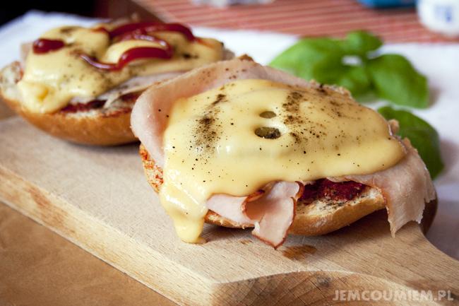 Grzanki z serem, szynką i ogórkiem kiszonym